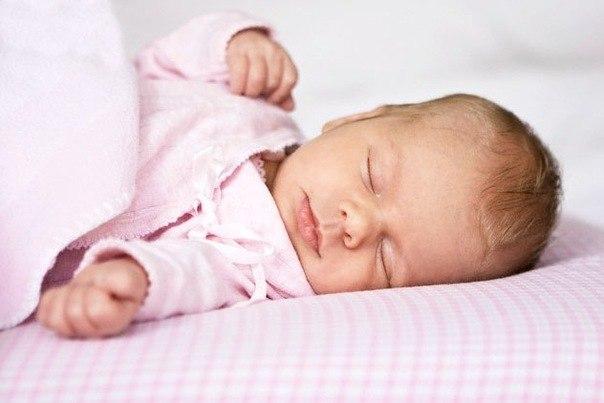 До полугода ребенку надо спать без подушки