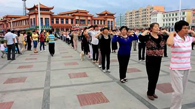 Массовое мероприятие в Китае: утренняя гимнастика на площади