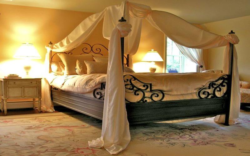 большая красивая кровать фото