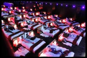 Удобные кровати в современных кинотеатрах