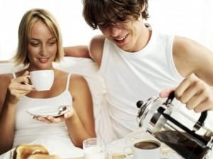 Тонизирующее действие кофеина обусловлено его способностью связываться с особыми аденозиновыми рецепторами головного мозга