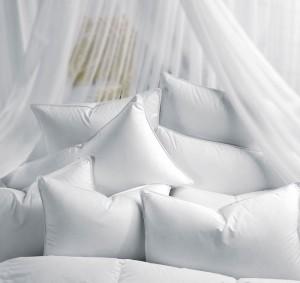 Как чистят подушки