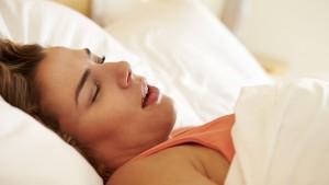 Человек может храпеть даже из-за того, что спит на неудачной подушке