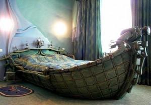 Определяя место для кровати, судите не с позиций удачного дизайна, а с точки зрения собственного комфорта